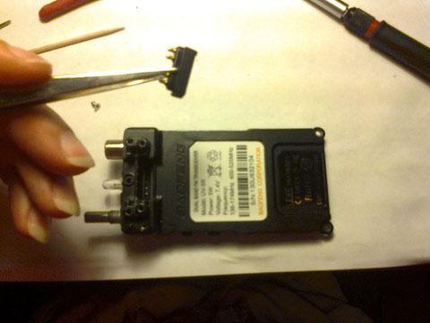 Extrayendo contactos de alimentacion de bateria