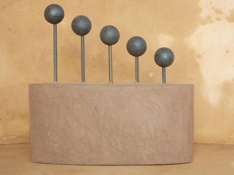 """KUGELN IN BALANCE I"" (Material: Beton, Eisen, Höhe:0,49m, Breite:0,47m, Preis:390€)"