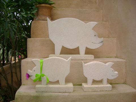 """""""GLÜCKSSCHWEINE EINZELN"""" (Material: Mares,Schwein groß, Höhe:0,41m, Breite:0,62m, Tiefe:0,26m, Preis:90€, Schwein mittel, Höhe:0,26m, Breite:0,35m, Tiefe:0,11m, Preis:60€, Schwein klein, Höhe:0,23m, Breite:0,29m, Tiefe:0,11m, Preis:50€)"""