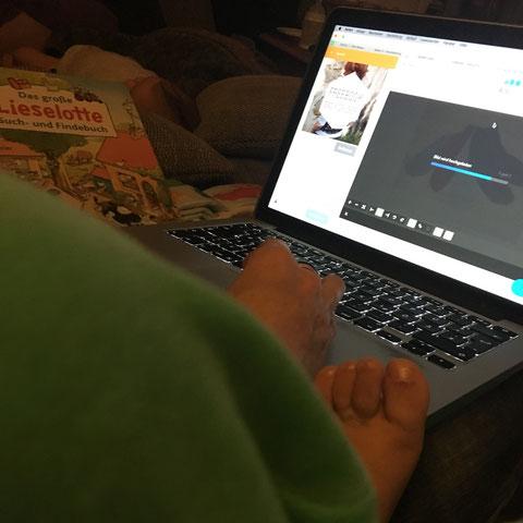 freeBook entsteht, umzingelt von Baby, Kleinkindfüßen und Bilderbuch