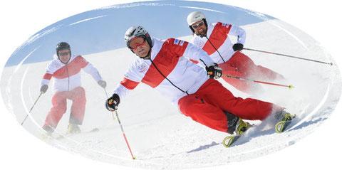 Skifahrer wedeln die Piste hinunter