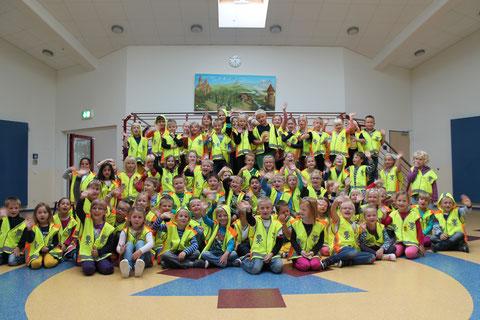 Unsere Erstklässler haben heute Sicherheitswesten vom ADAC erhalten und Blinki-Eulen von Fielmann!