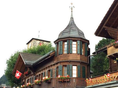 Apotheke und Kirche Adelboden