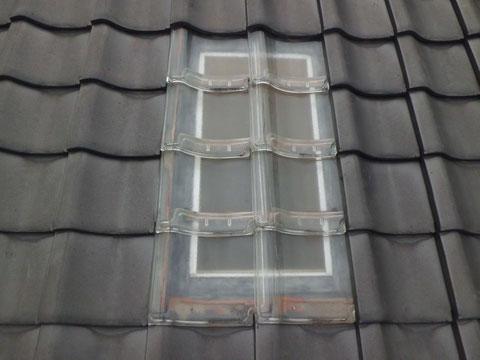 最後にガラス瓦をかぶせて、雨漏り修理 完成です。