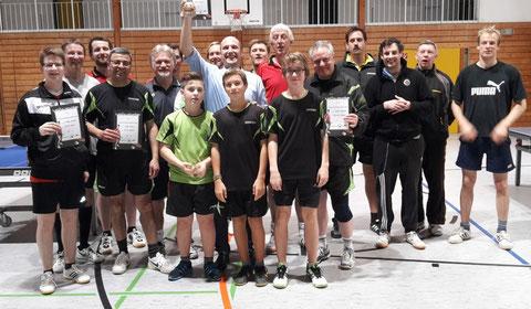 Die Teilnehmer der Vereinsmeisterschaften der Erwachsenen am Ende des Turniertags.