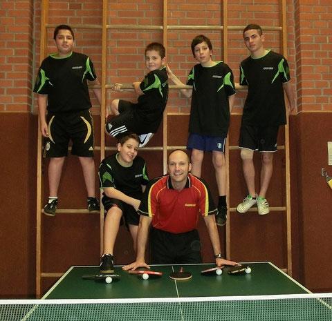 Oben (von links nach rechts): Firat Duygu, Rinor Rexhepi, Dani Ikawi, Zaynaldin Hamdan. Unten (von links nach rechts): Karim Haidar, Trainer Martin Hüttner. Nicht auf dem Bild: Michael Schäfer.