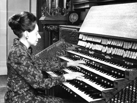 Suzanne Chaisemartin aux claviers de l'orgue de Marcel Dupré à Meudon.
