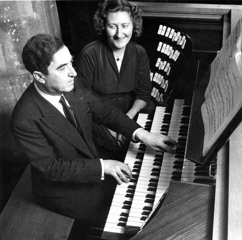 Maurice et Marie-Madeleine Duruflé à la console de leur instrument de Saint-Etienne-du-Mont à Paris