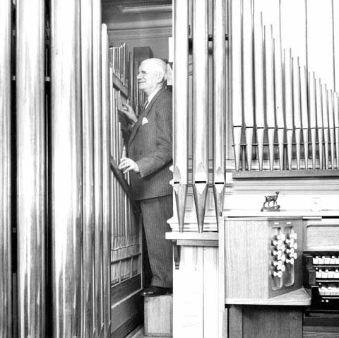 André Marchal accordant son orgue personnel de la rue Duroc, dans son troisième état.