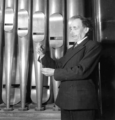 Victor Gonzalez devant le plus grand et le plus petit des tuyaux de l'orgue du Palais de Chaillot