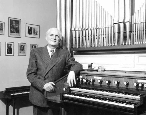 André Marchal aux claviers de son orgue, rue Duroc, dans son second état.