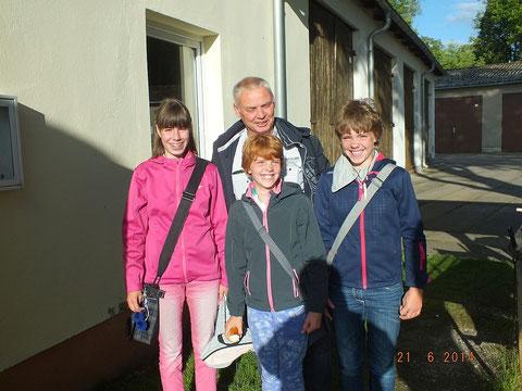 Diese drei Mädchen haben die Möglichkeit genutzt und auch ihr Vater freut sich, dass seine Mädchen einem sinnvollen Hobby nachgehen für das er nicht auch noch bezahlen muss.