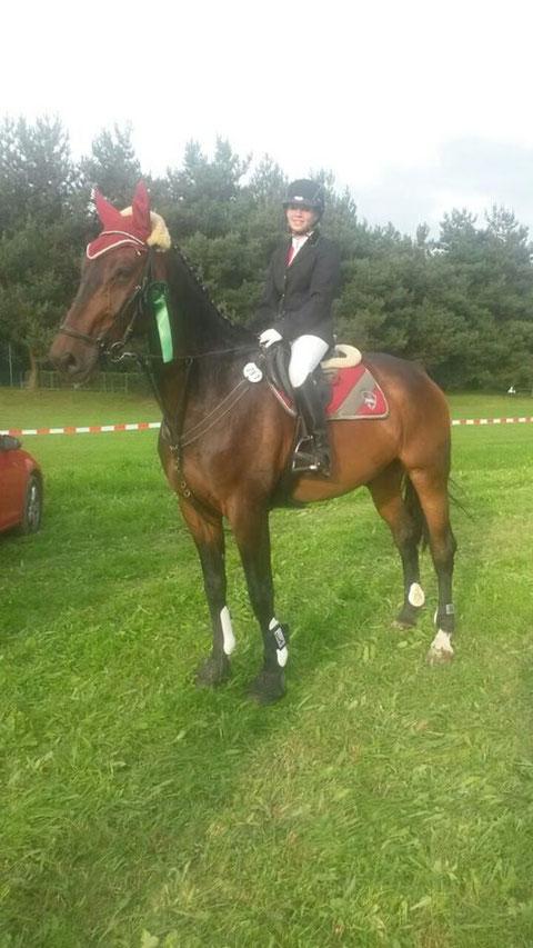 Gratulation an Lea Gäckle auf ihrem Pony Dear Blondie konnte Sie den zweiten Platz des Volksbank Juniorenchampionates des PSK Böblingen 2014 erreichen!