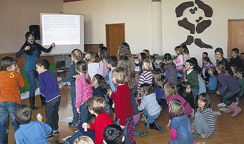 Jacqueline Rubli zeigt es vor, die Kinder singen und tanzen es nach. (Bild: as.)