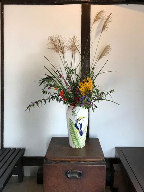 参道正面の花。家にあった鳥の花瓶に、買って来た花や近くの土手で撮った来たススキ、庭のムラサキシキブなどを活けました。 この空間がいい感じに締まりました。