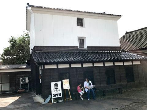 これがLISギャラリー(摂田屋 星野本店 三階蔵) 三階蔵は珍しいんだそうです。 国の重要有形文化財に指定されています。 (そんなすごいところでたびねこの展示して良いのか・・。)