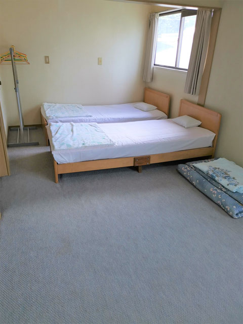 洋室5人部屋の一部、ベッド