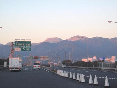 正面の山頂がなだらかなのが駒ヶ岳