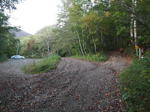林道北側から見て左側駐車場・右側作業道が登山道(登山届けポストあり)