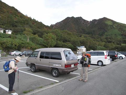 駐車場(奥に朝日岳)