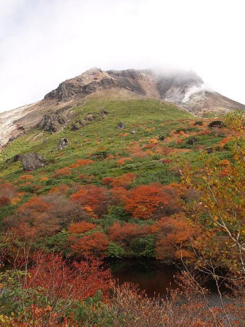 2010.10.11 茶臼岳 (手前はひょうたん池)