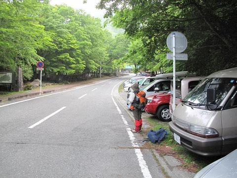 少し先左側に西丹沢自然教室(登山届ポスト有り)