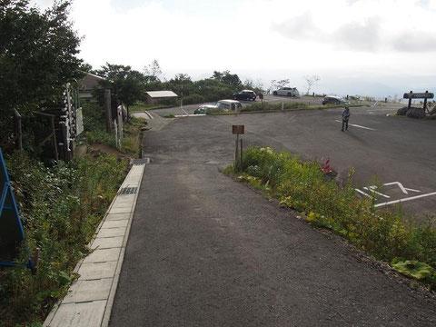イワカガミ平駐車場  左向こうがトイレ棟