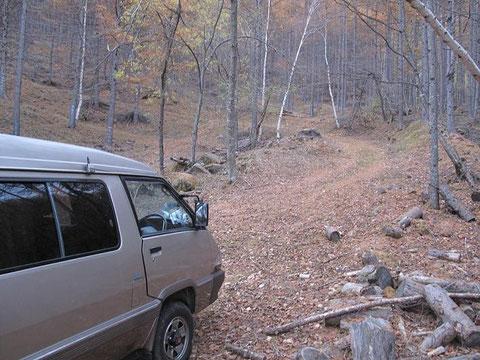 林道脇の駐車スペース(数台可能だが悪路で車の腹を擦る)