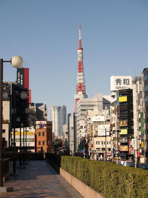 改札を出て西側歩道橋から(東京タワーと六本木ヒルズ)