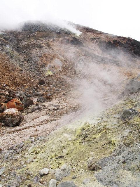 茶臼岳西斜面・あちこちから水蒸気が・・硫黄臭が・・