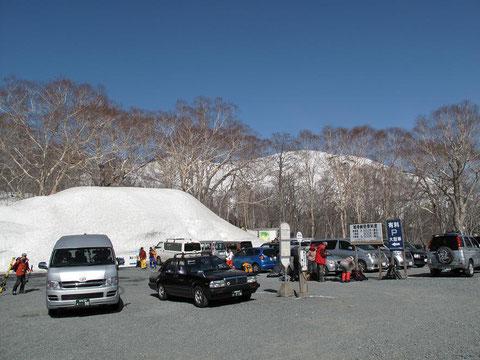 鳩待峠・木々の向こうに白い至仏山