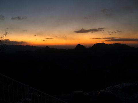 二度上峠で日の出を待つ