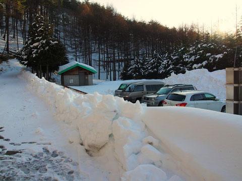 駐車可能台数30台位かな? トイレ棟はあるが冬季使用不可らしい