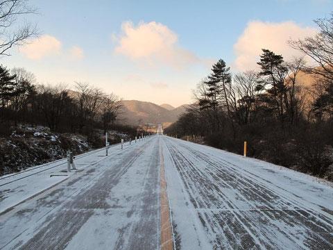 「北海道のような風景」と妻  この先に榛名湖