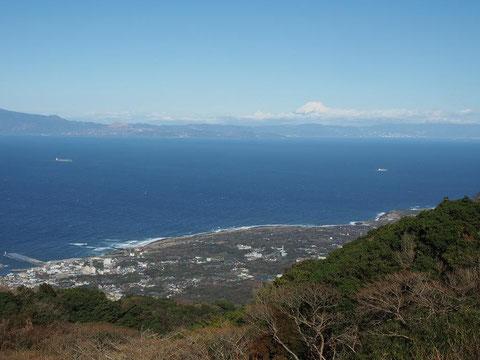 御神火茶屋駐車場から元町と富士山