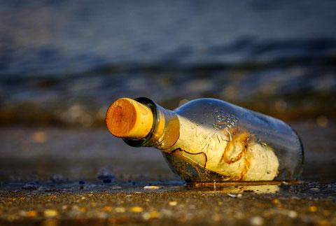 Eine Flaschenpost am Strand.