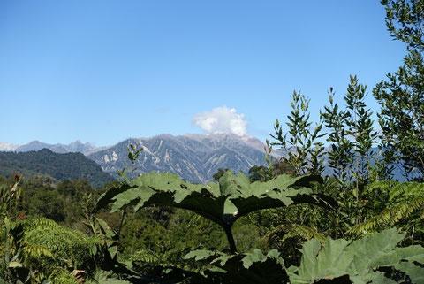 Vue volcan Chaiten fumant de loin