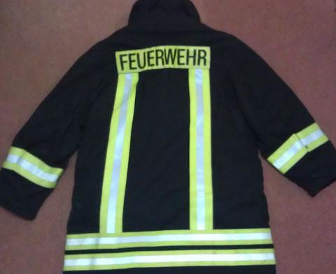 Auch diese Jacke steht fast jedem Mitglied der Einsatzabteilung zur Verfügung. Vorrangig werden die Atemschutzgeräteträger damit ausgestattet.