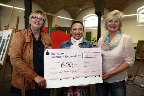 """Am Ende dieser 17 Tage konnte ich  600 Euro dem Verein """"Paderborn-eine Region hilft"""" übergeben."""