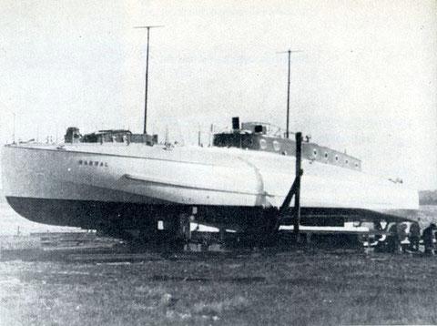 """Versuchsboot """"Narwal"""" vor dem Zuwasserlassen – Bild aus Fock: """"Schnellboote Bd. 1"""""""
