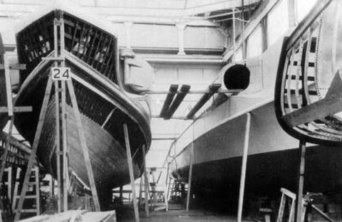 Boote während der Bauphase bei Gusto NV, Schiedam, 1941 – Foto: Archiv Nijenhuis