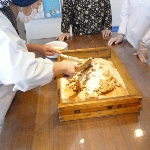 大豆と麹が入った木箱は、「パン屋」からもらったものだそうです。