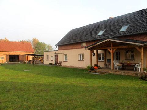 Wohnhaus und Stallgebäude in der herbstlichen Morgensonne.