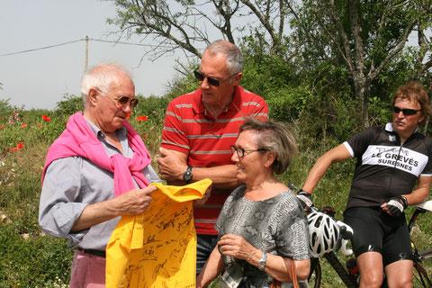 Un maillot jaune aux signatures prestigieuses