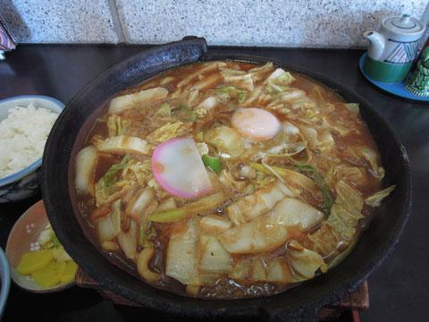 卵とかまぼこ以外では、ほとんど白菜ばかりしか入っていなかった?味噌煮込みうどんでした。隣のお客さんがここは味噌煮込みうどんが名物といってました。