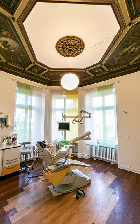 Behandlungszimmer-zahnarzt-zahnarztpraxis-carina-sell-gießen