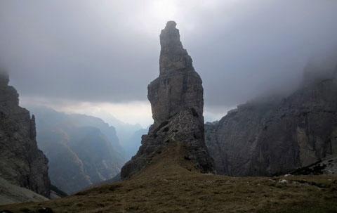 Der Campanile di Val Montanaia von Nordosten am Tag vor dem Wetterumsturz mit Wintereinbruch in unseren Alpen, der schon mit kalten Nebelschwaden die Vorboten schickt