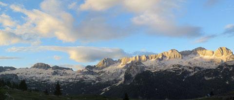 Die ersten Sonnenstrahlen kurz nach 6 Uhr treffen auf die Schneefelder des mächtigen Kanin-Massivs