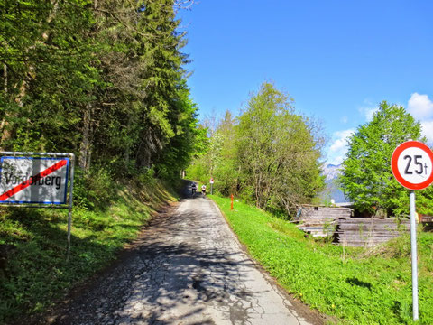 Hier beginnt das zweifelhafte Vergnügen, von nun an geht es 8,5 km und 880 Hm durchgehend und steil bergauf (bis auf ca. 500m Schotterstrasse bei der Koutschitz-Alm bergab)