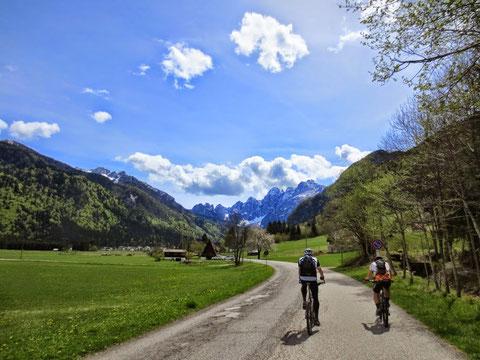 Richtung Wolfsbach (Valbruna) im Hintergrund die Julischen Alpen (Wischberggruppe)